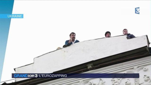 Eurozapping : un ex-président arrêté en Ukraine, la poste allemande victime de chantage
