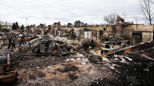 Des maisons brûlées à Abasand, dans la banlieue de Fort McMurray (Canada), le 9 mai 2016. (CHRIS WATTIE / REUTERS)