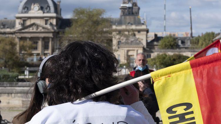 Une infirmière manifeste pour réclamer plus de moyens, le 15 octobre 2020, à Paris. (NICOLAS PORTNOI / HANS LUCAS / AFP)