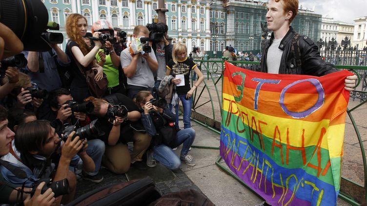 Un militant de la cause homosexuelle pose devant les photographes lors d'une manifestation à Saint-Pétersbourg (Russie), le 2 août 2013. (ALEXANDER DEMIANCHUK / REUTERS)