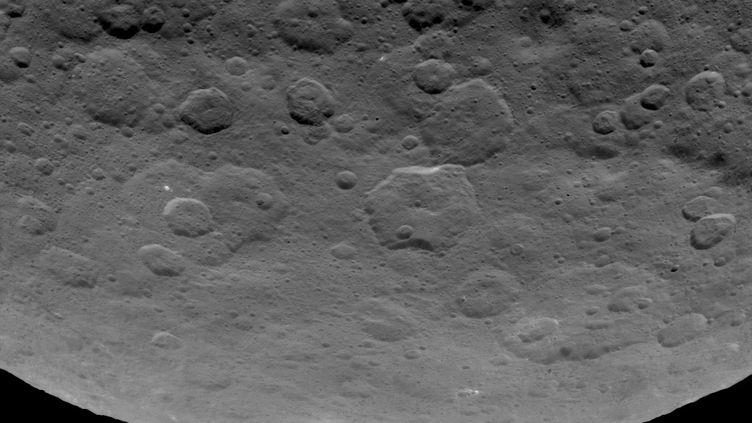La planète Cérès, dans la ceinture d'astéroïde, et sa pyramide (au centre), photographiée par la sonde Dawn, en juin 2015. (NASA / JPL-CALTECH / UCLA / MPS / DLR / IDA)