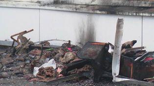 Une nouvelle école a été incendiée à Étampes (Essonne), lundi 28 décembre. Il s'agit de la deuxième en seulement trois jours. À leur arrivée sur les lieux, les policiers ont été caillassés par une quinzaine de jeunes. (France 3)