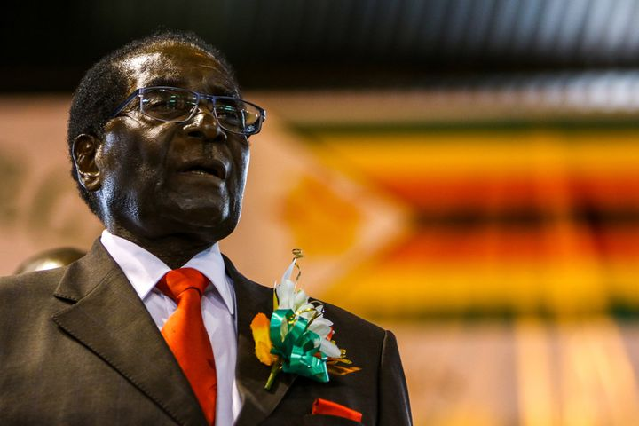 Robert Mugabe le 7 avril 2016, à Harare (Zimbabwe). (JEKESAI NJIKIZANA / AFP)