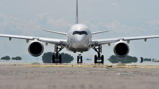 Un Airbus A350 de la compagnie aérienne Lufthansa avant le décollage à l'aéroport de Munich, le 3 juin 2020 (illustration). (CHRISTOF STACHE / AFP)