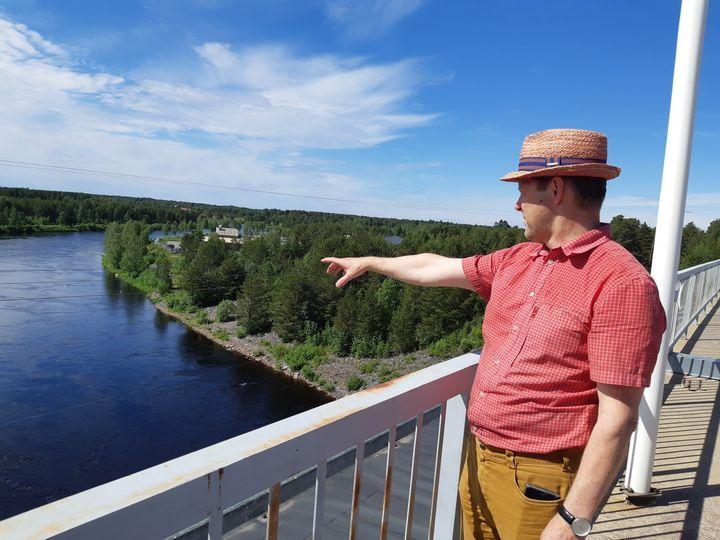 Ari Alatossava, maire de Ii, sur l'un des barrages hydroélectriques. (MARIE-PIERRE VEROT/ RADIO FRANCE)