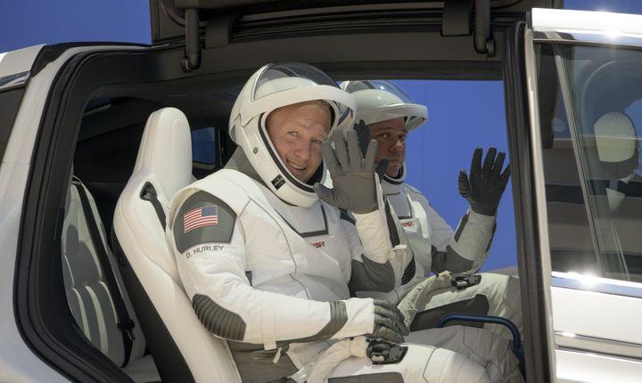 Les astronautesDouglas G. Hurley (à g.) et Robert L. Behnken (à dr.), vêtus de leurs combinaisons spatiales créées par SpaceX, au Centre spatial Kennedy (Floride, Etats-Unis), le 23 mai 2020. (BILL INGALLS / NASA / AFP)