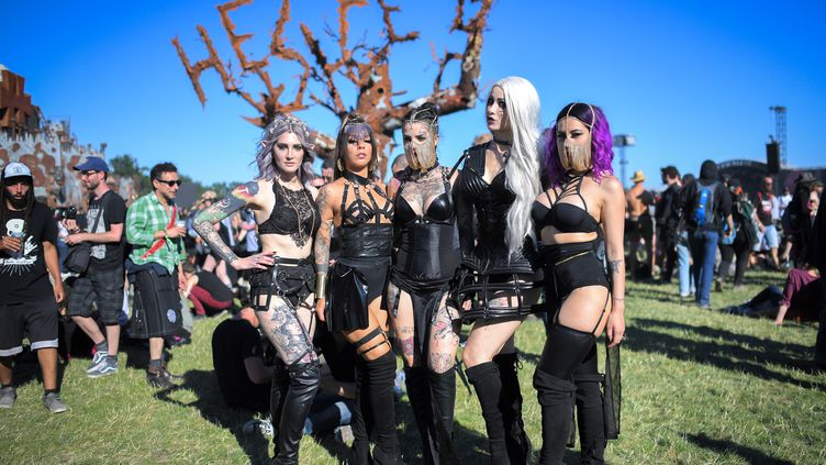 Des festivalières déguisées participent au Hellfest en 2018. (LOIC VENANCE / AFP)