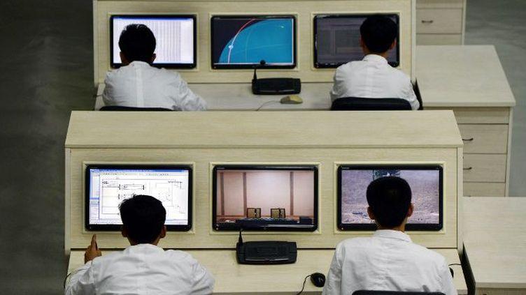 Dans un centre de recherche spatiale en Corée du Nord... en 2012. (PEDRO UGARTE / AFP)