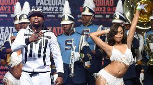 Le boxeur américainFloyd Mayweather est accueilli au MGM Grand, le 28 avril 2015 à Las Vegas (Etats-Unis), avant son combat contre le Philippin Manny Pacquiao, le 2 mai 2015. (ETHAN MILLER / GETTY IMAGES NORTH AMERICA)