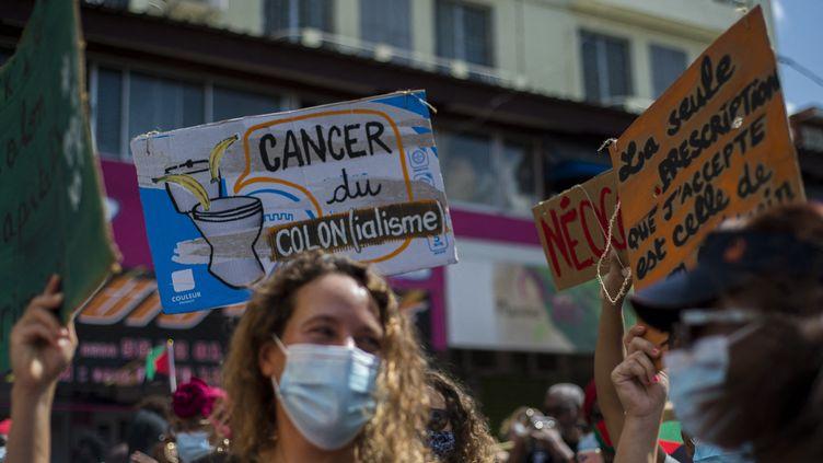 Manifestation contre la possible prescription dans le dossier judiciaire du chlordécone, à Fort-de-France, en Martinique, le 27 février 2021. (LIONEL CHAMOISEAU / AFP)
