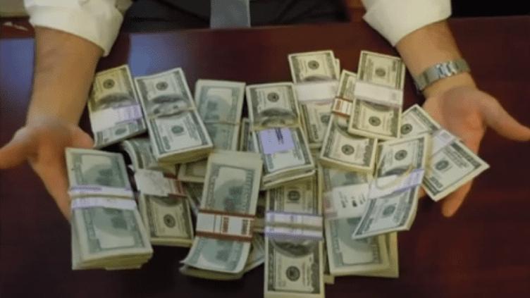 Capture d'écran du reportage de ABC News consacré au rabbin qui a rendu 98 000 dollars retrouvés par hasard dans un bureau, début septembre 2013. (ABC NEWS / YOUTUBE)