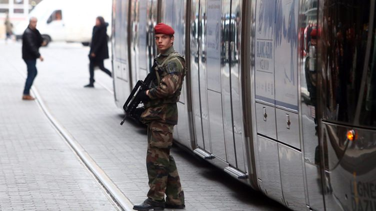 """(Comme en Ile-de-France, le plan Vigipirate a été rehaussé au niveau """"alerte attentat"""" dans les Alpes-Maritimes  © MaxPPP)"""
