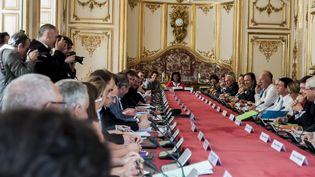 Réunion à l'hôtel Matignon, à Paris, le 12 mai 2015, entre les partenaires sociaux, le gouvernement et les régions pour développer l'apprentissage. (CITIZENSIDE/YANN KORBI / AFP)
