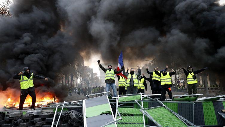 """Des manifestants des """"gilets jaunes"""", le 24 novembre 2018 sur les Champs-Elysées, à Paris. (FRANCOIS GUILLOT / AFP)"""