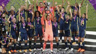 Les joueuses de l'Olympique lyonnais célèbrent leur victoire, en finale de la Ligue des champions, face à Wolfsburg, à Saint-Sébastien (Espagne). (VILLAR LOPEZ / POOL)