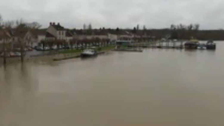 Alors que le niveau de la Seine monte inexorablement, le village de Saint-Mammès, en Seine-Maritime, redoute que le cauchemar de 2016 se reproduise. (FRANCE 3)