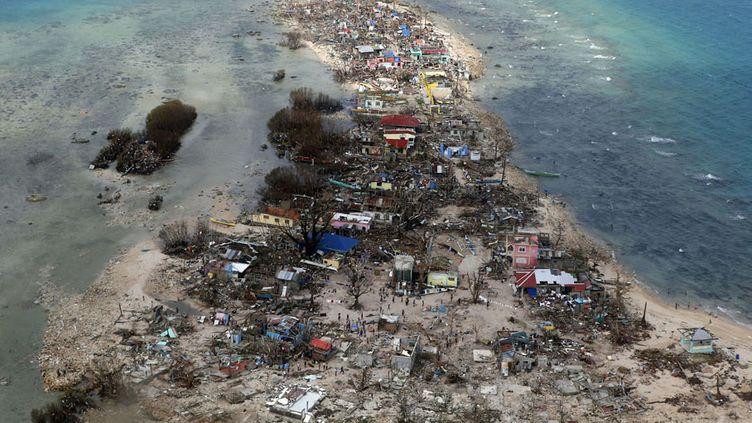 Un village dévasté après le passage du typhon Haiyan dans la province de Samar (Philippines), le 11 novembre 2013. (ERIK DE CASTRO / REUTERS)