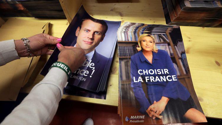 Les affiches officielles d'Emmanuel Macron et Marine Le Pen, avant le second tour de la présidentielle 2017. (ERIC GAILLARD / REUTERS)