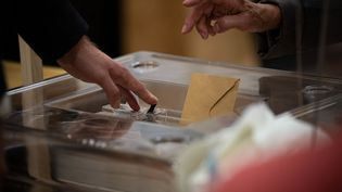 Un bureau de vote du 8e arrondissement à Paris, le 27 juin 2021. (DUPRAT STEPHANE / HANS LUCAS / AFP)