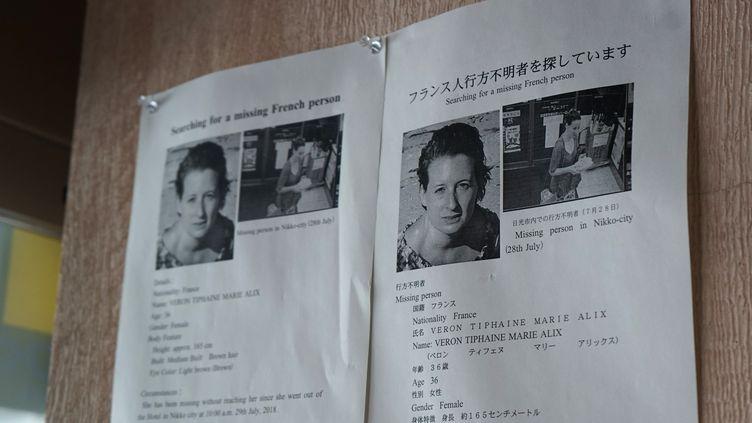 Les avis de recherche placardés dans la région nippone de Nikkopour retrouver Tiphaine Véron. (KAZUHIRO NOGI / AFP)