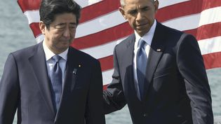 Le Premier ministre japonais Shinzo Abe et le président américain Barack Obama, le 27 décembre 2016à Pearl Harbor (Hawaï). (YOMIURI / AFP)