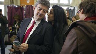 Sophia Chikirou parle à Jean-Luc Mélenchon lors de l'élection présidentielle, le 22 avril 2012, à Paris. (CHARLES PLATIAU / AFP)