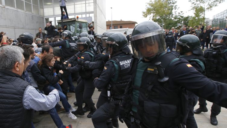 Des affrontements entre des policiers et des partisans pour l'indépendance de la catalogne, le 1er octobre 2017. (RAYMOND ROIG / AFP)