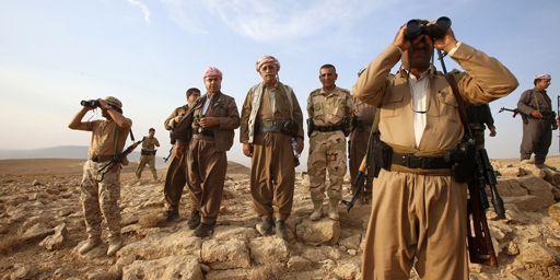 Des combattants kurdes (peshmergas)en train de monter la garde près de la ville de Makhmur, capitale du Kurdistan irakien, le 18 août 2014. (Reuters - Youssef Boudlal)
