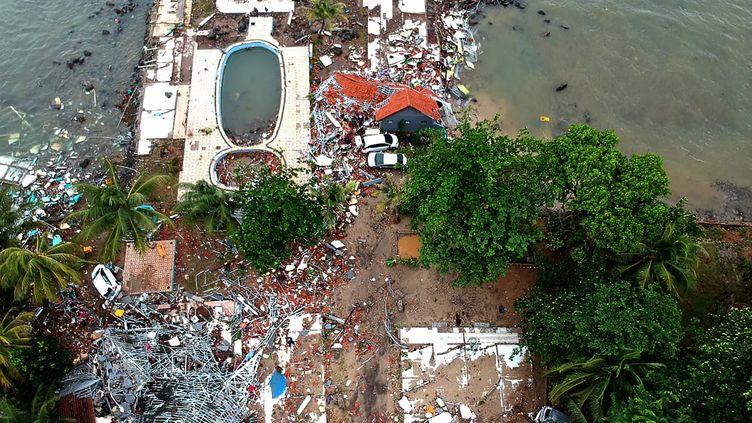 Vue aérienne d'une maison détruite par le tsunami à Carita (Indonésie), le 23 décembre 2018. (AZWAR IPANK / AFP)
