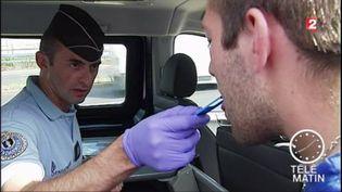 Les gendarmes disposent de nouveaux kits salivaires. (FRANCE 2)
