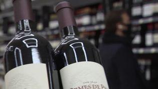 Il est possible de profiter des foires au vin jusqu'au vendredi 9 octobre partout en France.Elles sont particulièrement intéressantes cette année, car les petits vignerons habituellement réservés aux restaurants et aux cavistes ont fait leur entrée dans les supermarchés.Les prix n'ont jamais été aussi attractifs. (FRANCE 3)