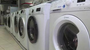 Les filtres pour lave-linge seront obligatoires à partir de 2025. Le journaliste Jean-Christophe Batteria est sur le plateau du 19/20 pour donner plus d'informations sur cesdispositifs. (FRANCE 3)