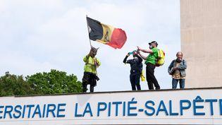 Des manifestants sur le toit de l'hôpital de la Pitié-Salpêtrière lors des manifestations du 1er-Mai à Paris. (LAURENT PAILLIER / LE PICTORIUM / MAXPPP)