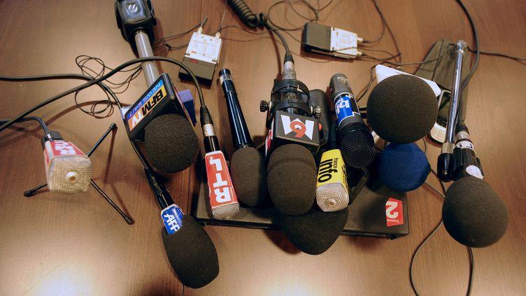 Illustration. Des micros de différents médias posés sur une table du palais de Justice de Toulouse (Haute-Garonne), 25 février 2018. (AFP)