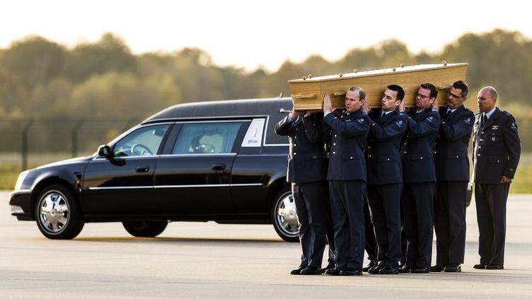 Des militaires néerlandais portent un cercueil contenant des restes humains de victimes du crash du vol MH17, à Eindhoven (Pays-Bas), le 8 novembre 2014. (REMKO DE WAAL / ANP / AFP)