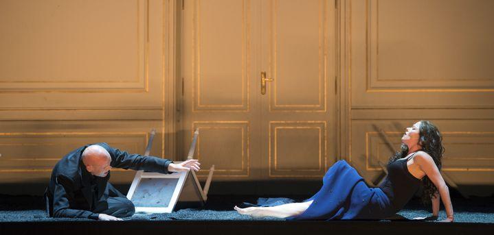 """Bo Skovhus (Titus), Barbara Hannigan (Bérénice) dans """"Bérénice"""" de Jarrell.  (Monika Rittershaus/Opéra national de Paris)"""
