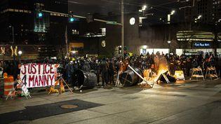 """Une manifestation réclamant """"justice pour Manny"""", le 24 janvier à Tacoma (Washington, Etats-Unis), en référence à la mort de Manuel Ellis en mars 2020. (DAVID RYDER / GETTY IMAGES NORTH AMERICA / AFP)"""