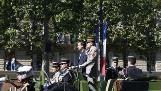 Emmanuel Macron passe en revue les troupes de l'armée sur les Champs Elysées, le 14 juillet 2017. (GEOFFROY VAN DER HASSELT / AFP)