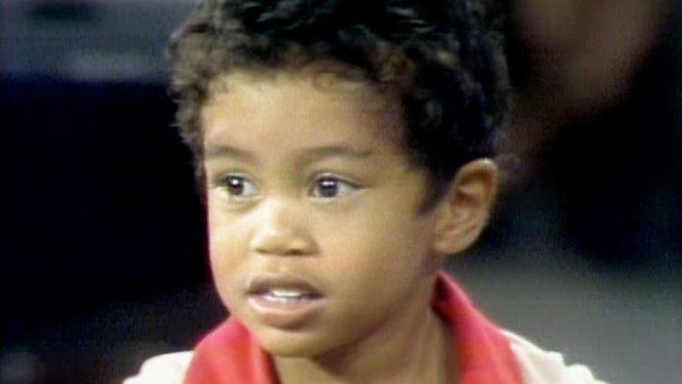 """Le tout jeune Tiger Woods, deux ans, lors de son apparition au """"Mike Douglas Show"""", le 6 octobre 1978. (CBS PHOTO ARCHIVE / CBS / GETTY IMAGES)"""