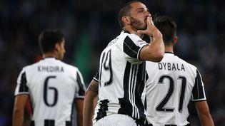 Le défenseur de la Juventus, Leonardo Bonucci, célèbre un but contre Genoa, le 23 avril 2017 à Turin. (MARCO BERTORELLO / AFP)