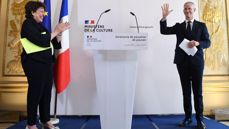 Roselyne Bachelot et Franck Riester pendant la passation de pouvoir au ministère de la Culture, lundi 6 juillet 2020. (ALAIN JOCARD / AFP)