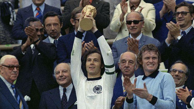(Gerd Müller soulève la Coupe du Monde © AP/SIPA)