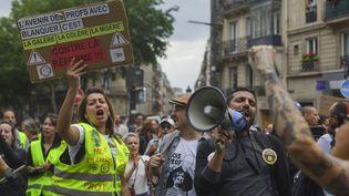 """Des participants à une manifestation des """"gilets jaunes"""" à Paris, le 25 mai 2019. (SHAY HORSE / AFP)"""