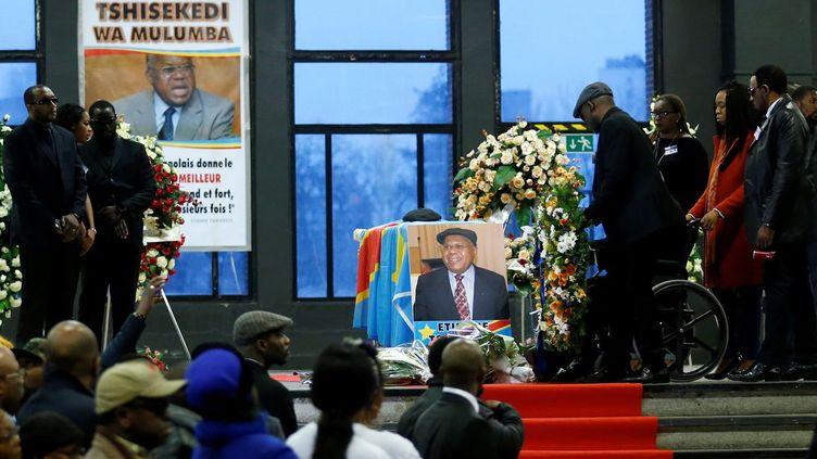 Des Congolais se recueillent le 5 février 2017 devant le cercueil d'Etienne Tshisekedi, exposé au palais de Heisey à Bruxelles. (Photo Reuters/François Lenoir)