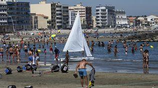 Des personnes se baignent à Palavas-les-Flots (Hérault), le 23 juin 2020. (PASCAL GUYOT / AFP)