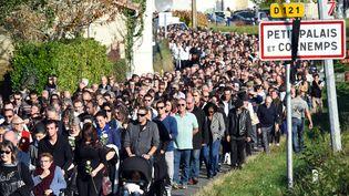 Une marche est organisée àPetit-Palais-et-Cornemps (Gironde), le 25 octobre 2015, en hommage aux 43 personnes mortes dans la collision entre uncar et un poids lourd, près de Puisseguin (Gironde). (MEHDI FEDOUACH / AFP)