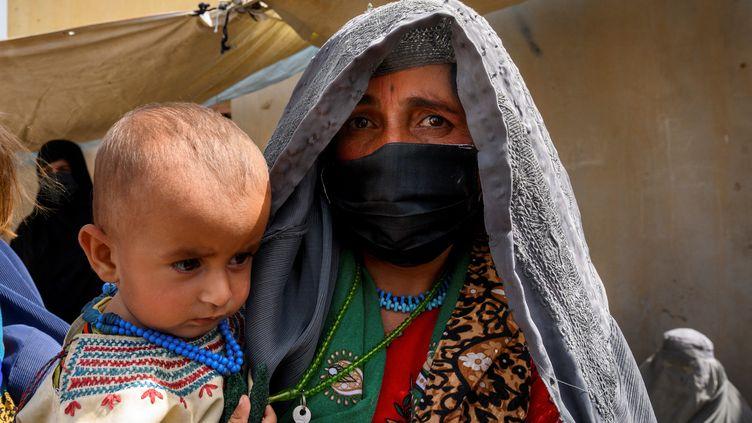 Une villageoise afghane et son enfant (illustration). (ELISE BLANCHARD / AFP)
