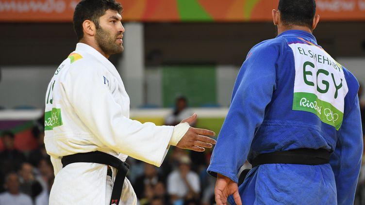 Le judoka égyptien Islam El Shehabi refuse de serrer la main à son adversaire israélien, le 12 août 2016 à Rio. (TOSHIFUMI KITAMURA / AFP)
