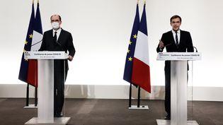 Le Premier ministre, Jean Castex, aux côtés du ministre de la Santé, Olivier Véran, lors d'une conférence de presse à Paris, le 26 novembre 2020. (LUDOVIC MARIN / AFP)