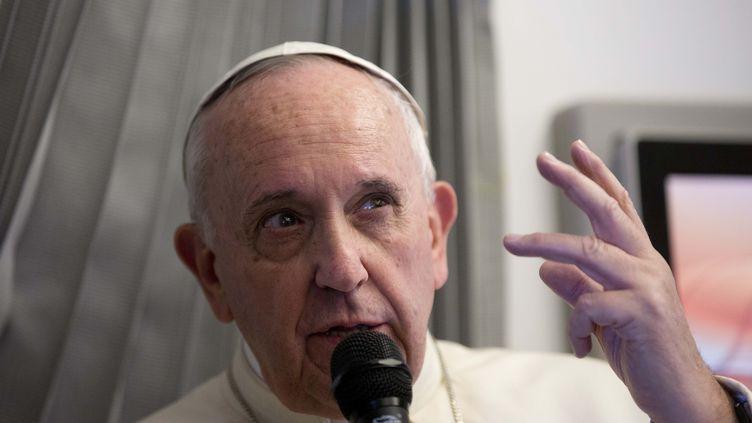 Le pape François s'exprime face à la presse, le 15 janvier 2015, dans son avion en direction de Manille (Philippines). (ALESSANDRA TARANTINO / AFP)